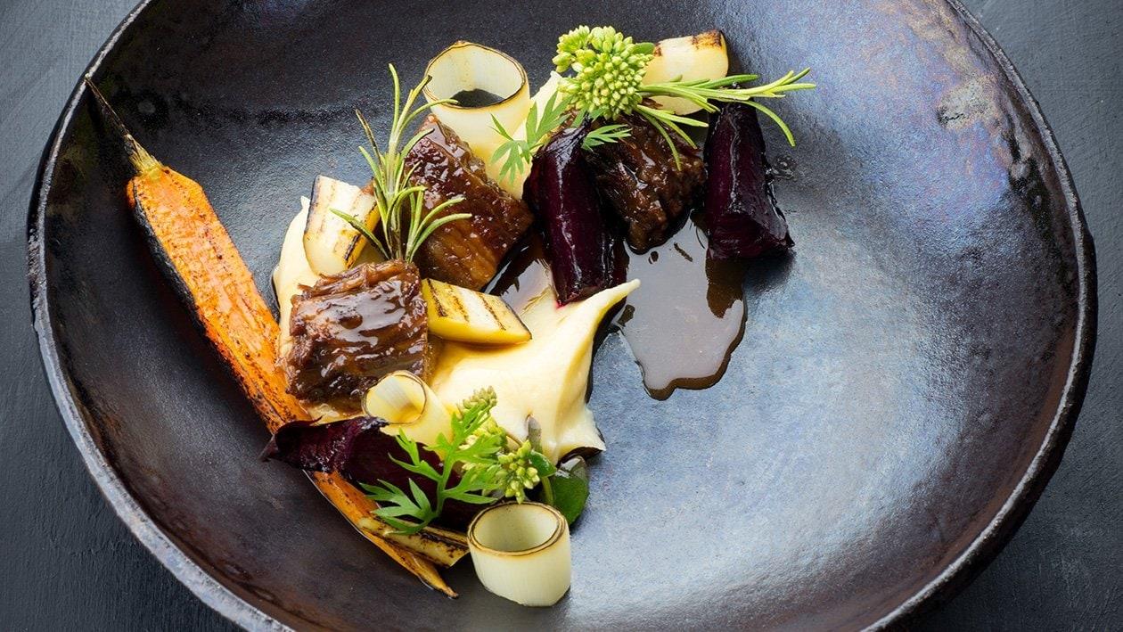 Haudutettu vasikanpotkaa ja black garlic-kastiketta – Resepti