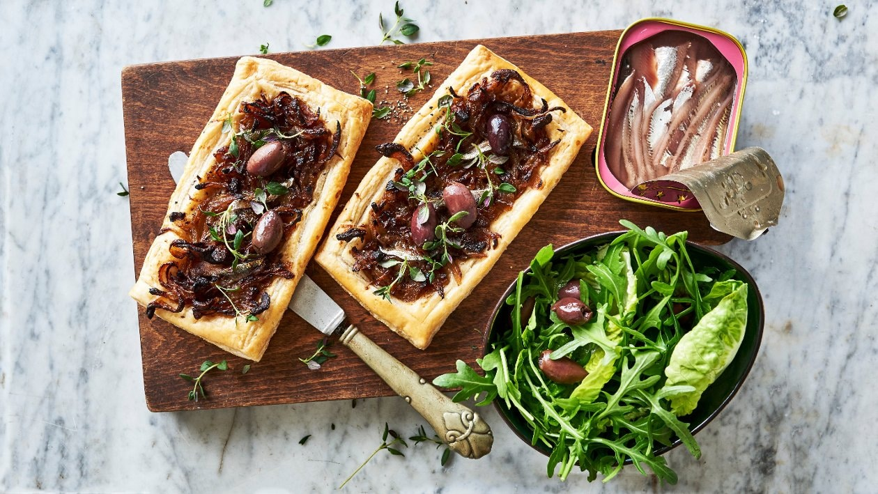 Karamellisoitu sipuli-anjovispiiras – Resepti